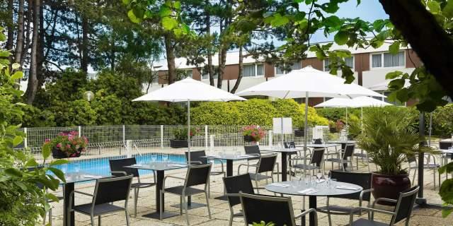 Hotel 3 étoiles Brest aéroport Escale Oceania - Piscine avec terrasse.jpg
