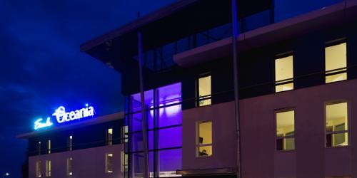 Facade de nuit Hotel Escale Oceania Rennes Cap Malo 3 etoiles.jpg