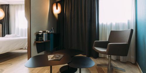Hotel Spa Oceania Paris Pte de Versailles 4 etoiles - Salon chambre.jpg