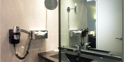 Hotel Oceania Quimper 4 etoiles - salle de bain (1).jpg
