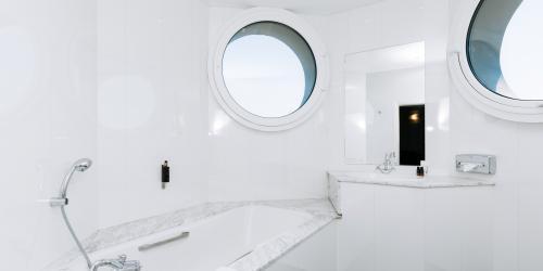 Hotel Marseille Escale Oceania 3 etoiles - Hotel Vieux Port Marseille - Chambre Suite Junior.jpg
