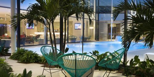 Hotel piscine  intérieur - Hôtel 4 étoiles Oceania Paris Roissy aéroport CDG (5).jpg