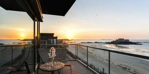 Terrasse chambre vue mer - Hôtel Oceania Saint-Malo 4 étoiles (11).jpg