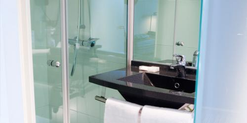 Salle de bain - Hotel Escale Oceania Rennes Cap Malo 3 etoiles (2).jpg