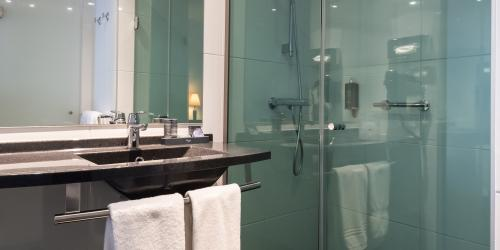 Hotel 4 etoiles Oceania Amiraute Brest - salle de bain.jpg