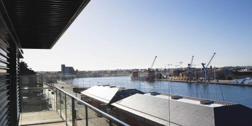 Balcon-avc-vue-sur-le-port---Hôtel-Oceania-Saint-Malo-4-étoiles-min.jpg