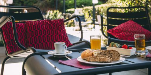 Hotel Escale Oceania Aix en Provence - Hotel 3 etoiles Aix terrasse (1).jpg