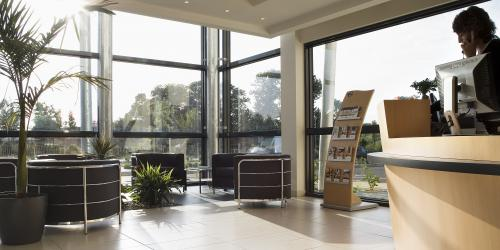 Halle de reception - Hotel Escale Oceania Rennes Cap Malo 3 etoiles.jpg