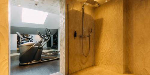 Hotel Oceania Le Metrople Montpellier - Hotel Spa 4 etoiles Montpellier - Salle Fitness douche.jpg