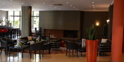 Hotel 4 etoiles Oceania Nantes Aéroport - Coin salon bar.jpg