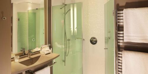 Salle de bain Confort - Hotel Oceania 4 etoiles Univers Tours.jpg