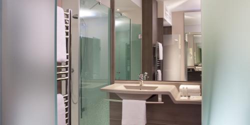 Salle de bain - Hotel Oceania Clermont ferrand 4 etoiles (9).jpg