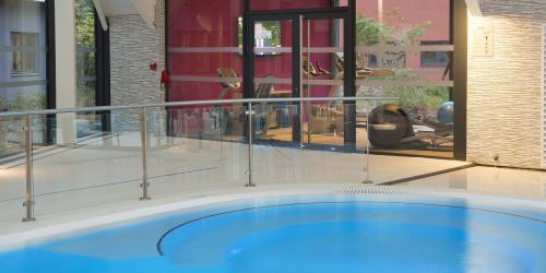 Hotel piscine  intérieur - Hôtel 4 étoiles Oceania Paris Roissy aéroport CDG (2).jpg