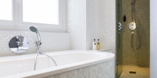 Hotel 4 étoiles Nantes Oceania Hôtel de France -  Salle de bain avec baignoire et douche.jpg