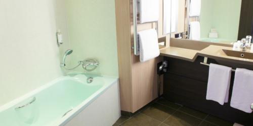 Salle de bain Junior Suite Executive - Hotel Oceania Paris Porte de Versailles 4 étoiles.jpg