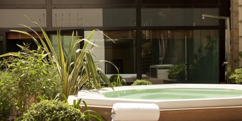 Jacuzzi - Hôtel Oceania Saint-Malo 4 étoiles.jpg