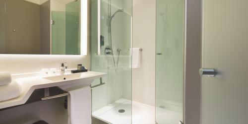 hotel-4-etoiles-dijon-oceania-le-jura-chambre-avec-douche-à-l-italienne.jpg