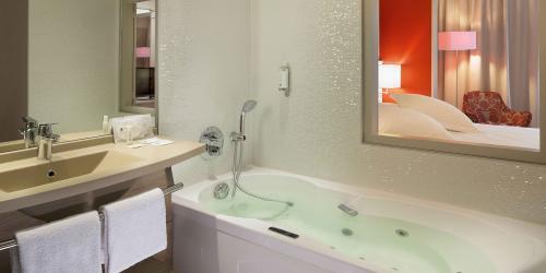 Salle de bain Suite - Hotel Oceania 4 etoiles Univers Tours.jpg