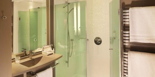 Salle de bain Deluxe - Hotel Oceania 4 etoiles Univers Tours.jpg