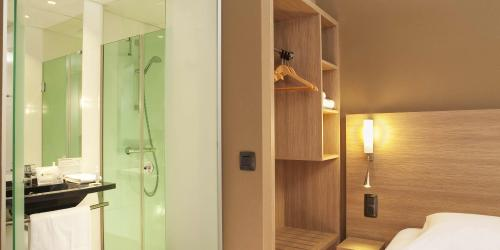 Hotel Escale Oceania Quimper 3 étoiles - Chambre Confort salle de bain.jpg