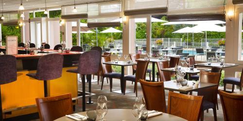 Hotel 3 étoiles Brest aéroport Escale Oceania -Restaurant vue piscine.jpg