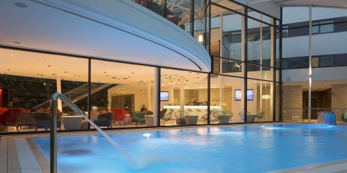 Hotel piscine  intérieur - Hôtel 4 étoiles Oceania Paris Roissy aéroport CDG (3).jpg