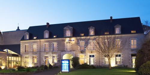Hotel 3 étoiles Orléans Escale Oceania - Façade de nuit.jpg