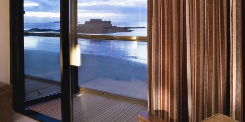 Balcon-de-la-Chambre-Croisière---Hôtel-Oceania-Saint-Malo-4-étoiles-min.jpg