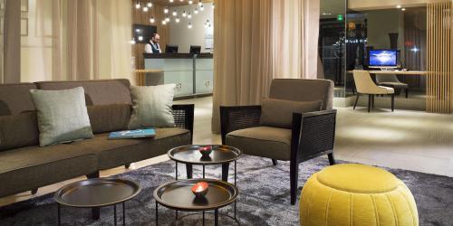 hotel-4-etoiles-dijon-oceania-le-jura-canapé-lobby.jpg