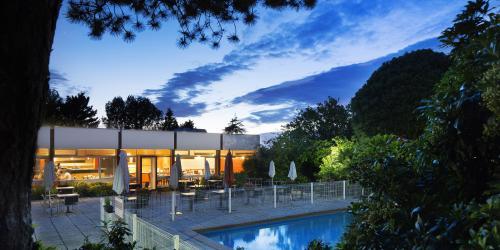 Hotel 3 étoiles Brest aéroport Escale Oceania - Piscine nuit.jpg