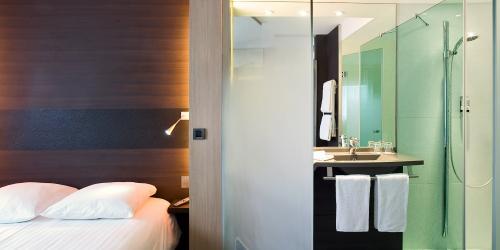 Chambre Superieure Douche a l italienne -  Hotel Oceania Paris Porte de Versailles 4 étoiles.jpg