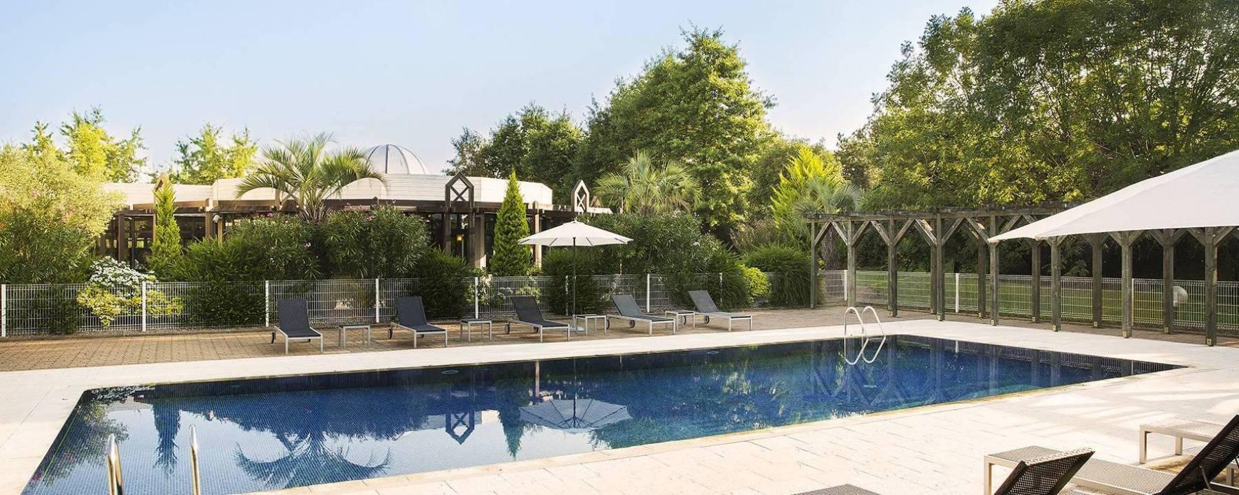 Hotel 4 etoiles Oceania Nantes Aéroport - Piscine et terrasse.jpg